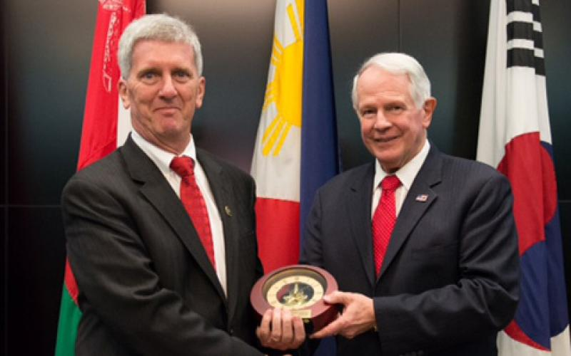 As the top graduate of iCollege's Advanced Management Program, the FBI's David Lubinsky (l) receives an AFCEA award from Gen. Dubia.