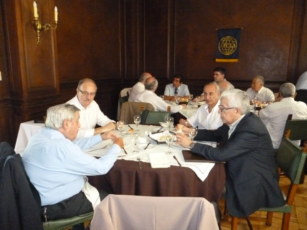 Chapter members enjoy lunch during the chapter�s December meeting.
