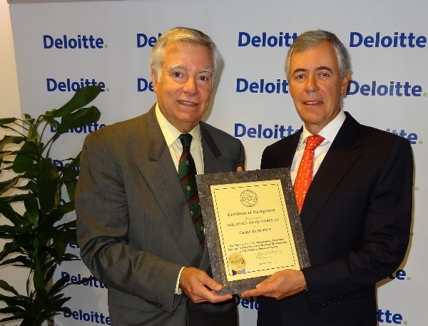 Dr. Luis Augusto Magalhaes (r), Deloitte country managing partner in Portugal, receives a corporate membership certificate from Rear Adm. Carlos Rodolfo, PRT (Ret.), chapter president, in September.