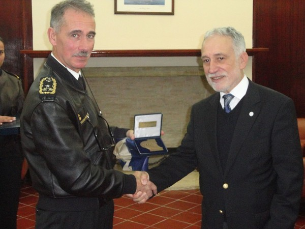Chapter President Rear Adm. Mario Durao, PRT N (Ret.) (r), offers the AFCEA Portugal medal to Vice Adm. Luis Carlos de Sousa Pereira, PRT N, at the event in November.