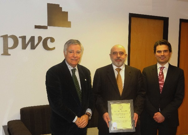 Rear Adm. Carlos Rodolfo, PRT (Ret.) (l), chapter president, presents Jose Pereira Alves (c), PricewaterhouseCoopers (PwC) Territory senior partner in Portugal, with a corporate membership certificate in the presence of Miguel Marques, PwC partner.