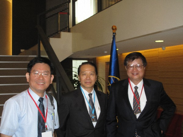 At the general membership meeting in June are (l-r) are Dr. Rong-Syh Lin, vice president of Chunghwa Telecom; Vice Adm. Weihsien Wang, chapter president; and Mu-Piao Shih, president of Chunghwa Telecom.