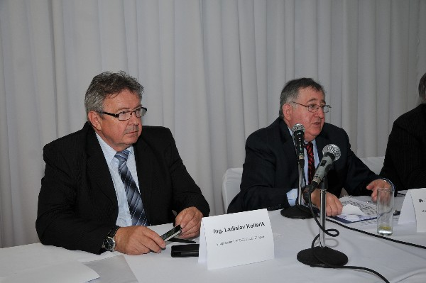 Ladislav Kollarik, chapter vice president (l) and Paul A. Schneider, former deputy secretary, U.S. Department of Homeland Security, speak during the Defence Fair-IDEB 2014 in May.